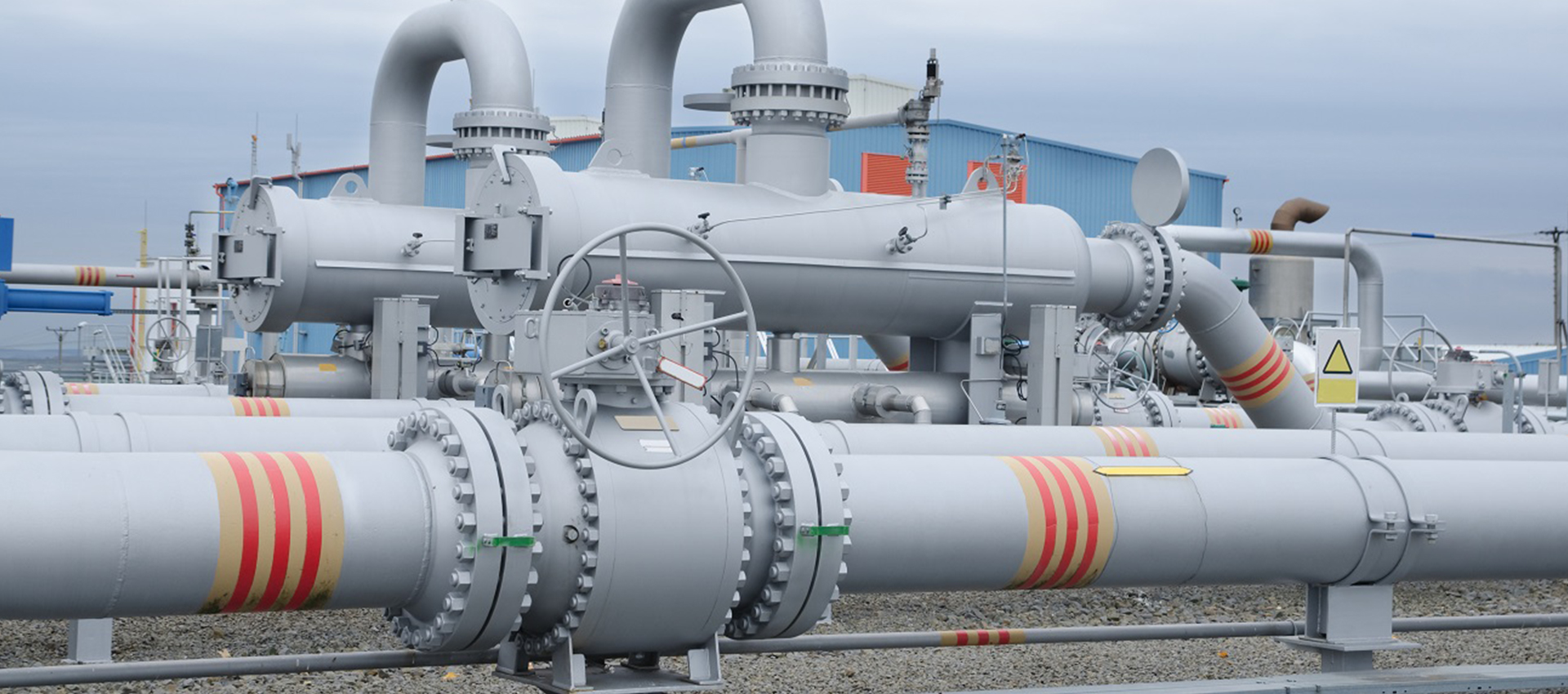 Vertical bulk gas and liquid pipelines supplied by an industrial valve manufacturer