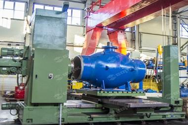 Forged steel gate valve manufacturer manufactures big blue painted gate value in a workshop